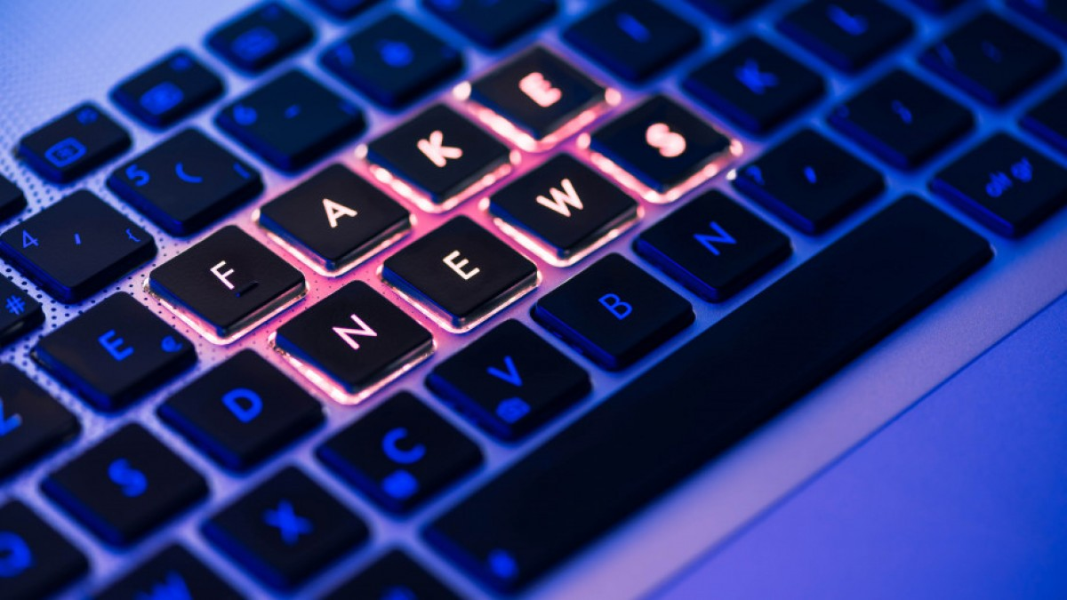 Keyboard with letters reading FAKE NEWS highlighted.